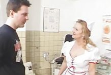 Lekkere verpleegster pijpt patiënt