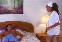 Verpleegster pijpt haar patient
